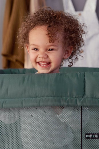 Travel Cot Light in Dark green Mesh - BABYBJÖRN