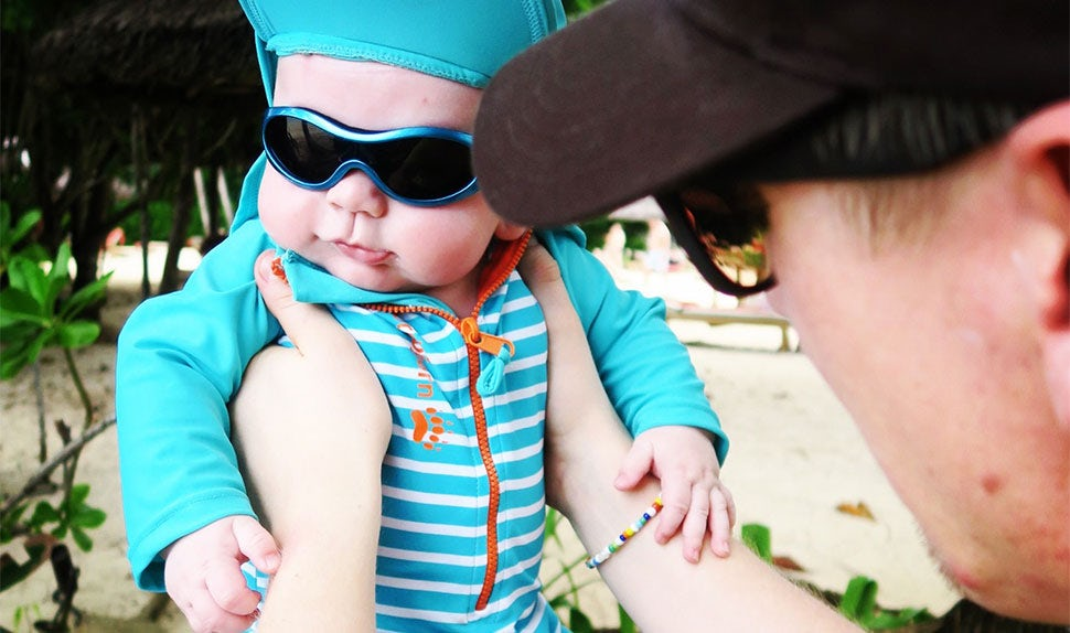 BABYBJÖRN Parental Magazine – Travel with baby: Enjoying the beach with Mum and Dad.