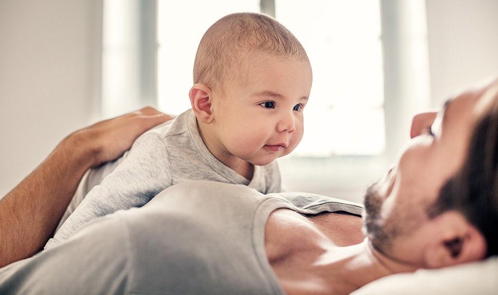 Magazine BABYBJÖRN – Bébé 1 an : un bébé entraîne les muscles de sa nuque et développe ses sens au cours de sa première année.