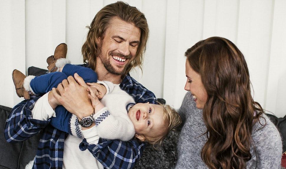 Magazine des parents BABYBJÖRN – Anna et Jacob jouent avec leur fille Édith après une promenade dans les montagnes.