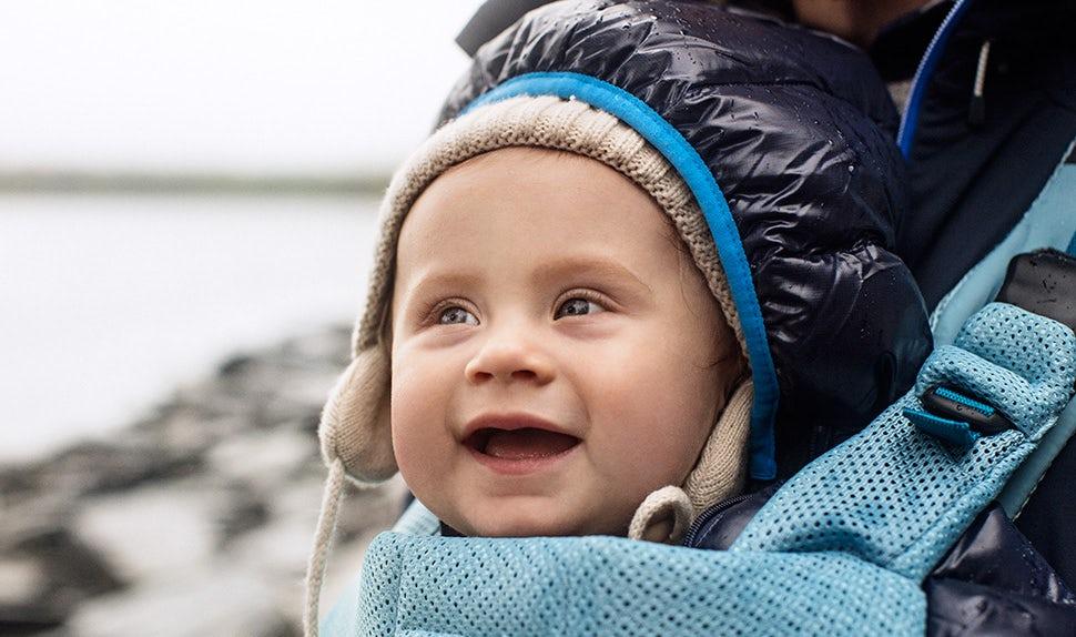 BABYBJÖRN Föräldramagasin – Edith bärs i bärsele på utflykt med mamma och pappa.