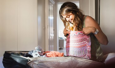 BABYBJÖRN Magazine – Mom-to-be packing her hospital bag