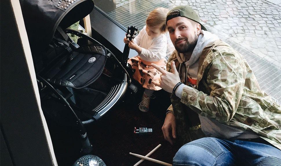 Magazine BABYBJÖRN – Musicien, Simon est en congé paternité avec sa fille.