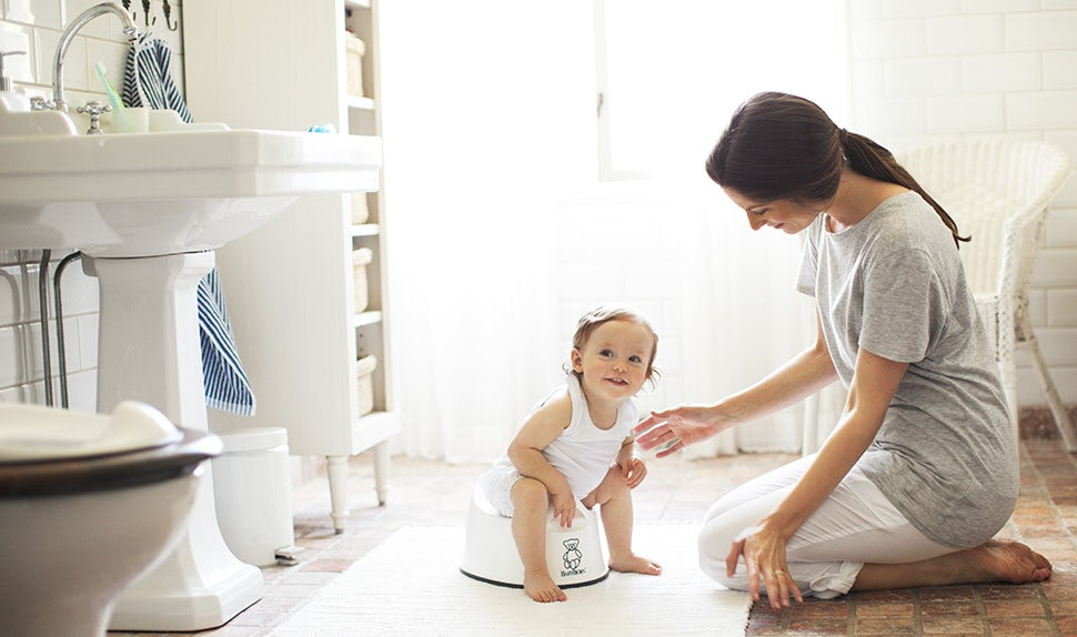 BABYBJÖRN Magazine – Potty training in the bathroom with a mom and her child