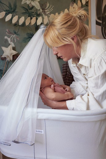 Cradle White in airy Mesh that can be combined with a cosy Canopy - BABYBJÖRN
