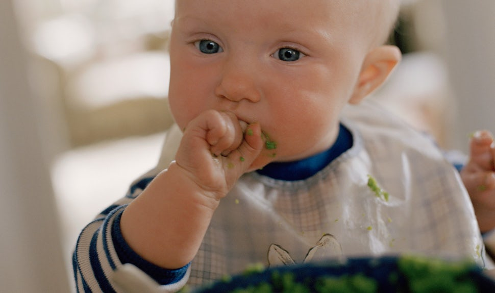 BABYBJÖRN Magazine – First baby foods for a baby eating and making a beautiful mess around the table.