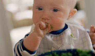Magazine BABYBJÖRN – Bébé qui mange de la nourriture pour bébé.