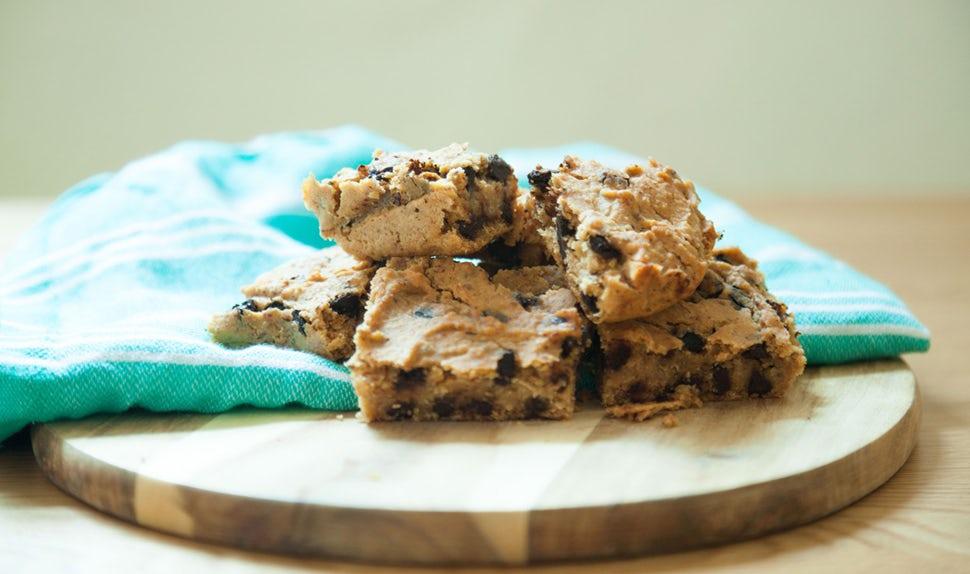 BABYBJÖRN Magazine – Les cookies aux pois chiches avec du chocolat et des flocons d'avoine : des recettes pour enfants saines, nourrissantes et délicieuses.