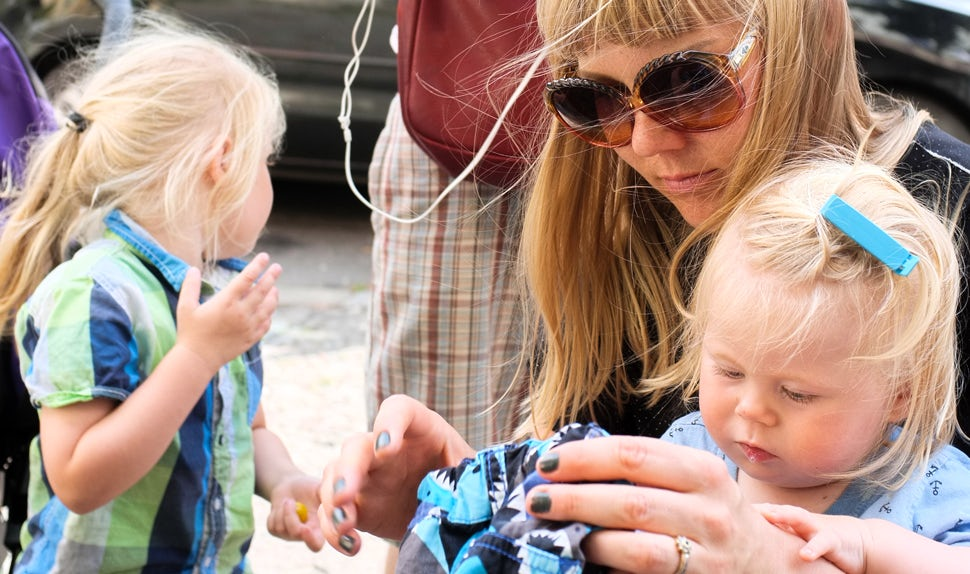 BABYBJÖRN Magazine for Parents – Feature writer Maria with her family. She writes about life for parents of young children.
