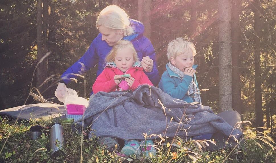 Magazine BABYBJÖRN – Pendant leurs loisirs, Joacim et Karolina Winqvist aiment faire de la cuisine et les sorties en forêt. Sur leur blog Matkoma, Joacim et Karolina donnent aux familles avec enfants des idées pour des plats quotidiens meilleurs et plus faciles à réaliser.