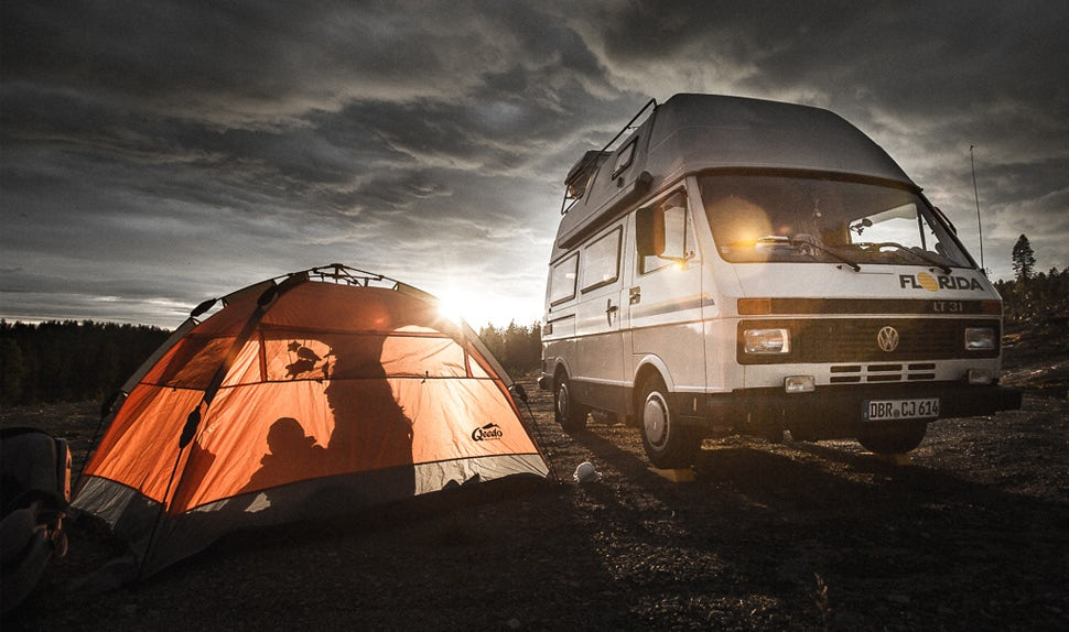 BABYBJÖRN Magazine – The family is on a long road trip in a camper van and tent.
