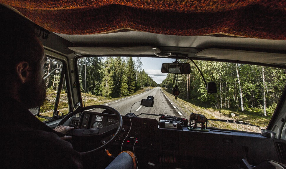 BABYBJÖRN Magazine - Christian, le papa, conduit le camping-car.