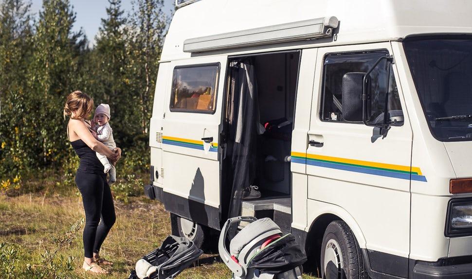 BABYBJÖRN Magazine - Juli, la maman, avec l'un des bébés à l'extérieur du camping-car.