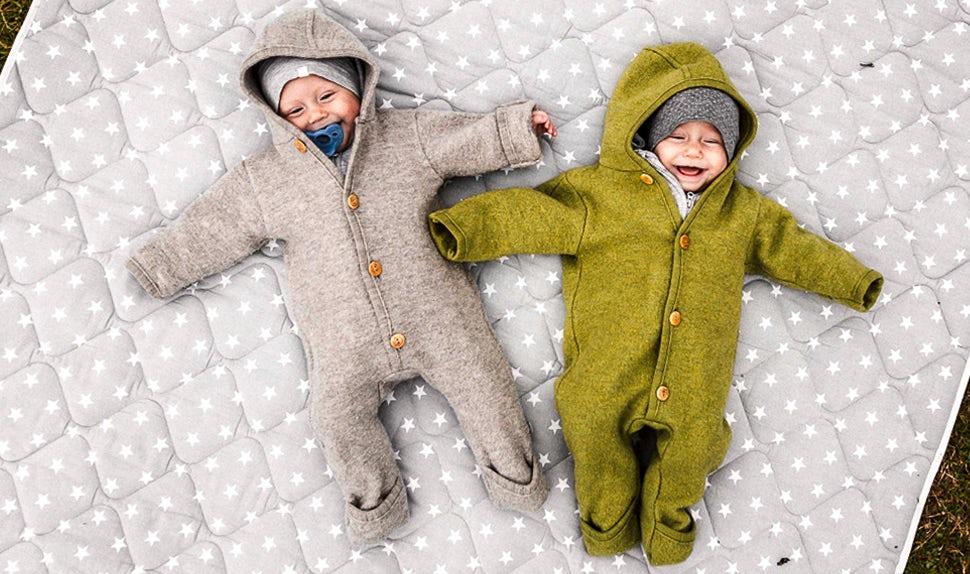 BABYBJÖRN Magazine – Twin babies Lovisa and Matilda play on a blanket outdoors.