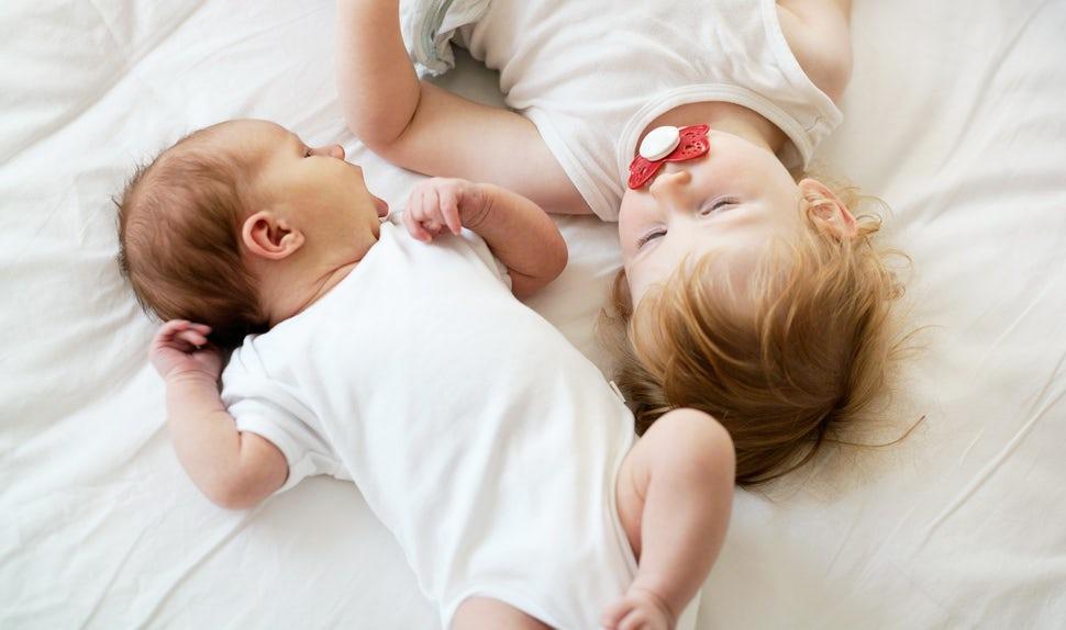 Magazine BABYBJÖRN – Le lien précieux entre votre nouveau-né et votre premier enfant.
