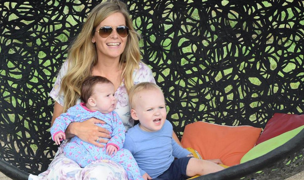 Magazine BABYBJÖRN – Victoria du blog « That's my baby » avec ses deux enfants.