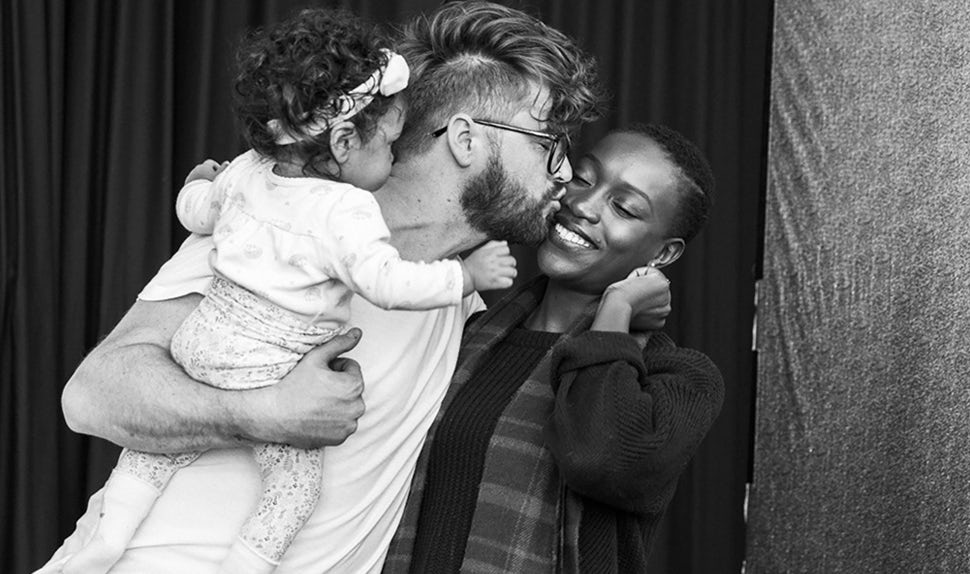 BABYBJÖRN Magazine for Parents – Dadstories: Joshua Harris with his daughter and wife captured mid-kiss.