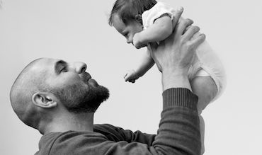 BABYBJÖRN Magazine for Parents – Dadstories: Pierre holds his daughter Olivia in his arms.