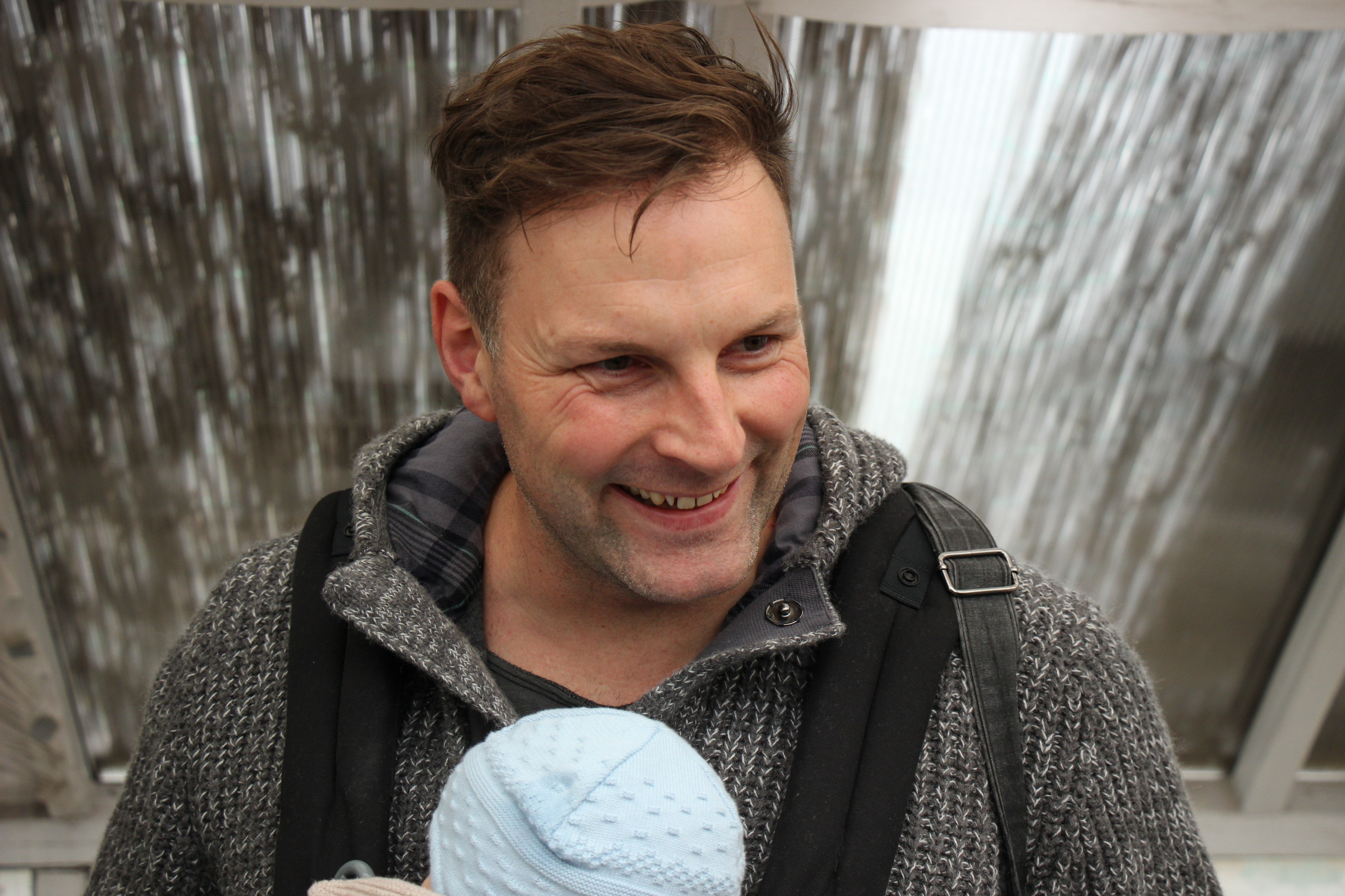 BABYBJÖRN Magazine – Babywearing coach René Rodig from Germany, who trained at Trageschule Dresden.