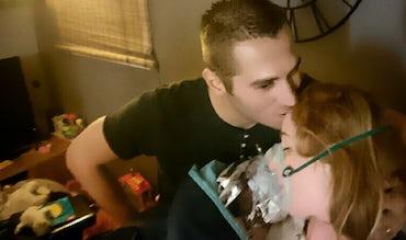 Magazine BABYBJÖRN – Yannick embrasse Amélie sur le front après qu'elle a accouché à domicile de manière non planifiée.