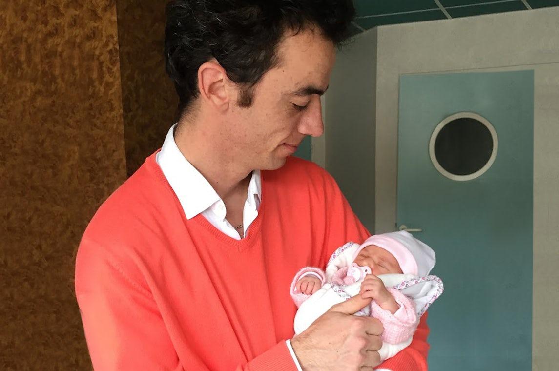Magazine BABYBJÖRN – Pierre et sa petite Maëlie dans les bras juste après la naissance.
