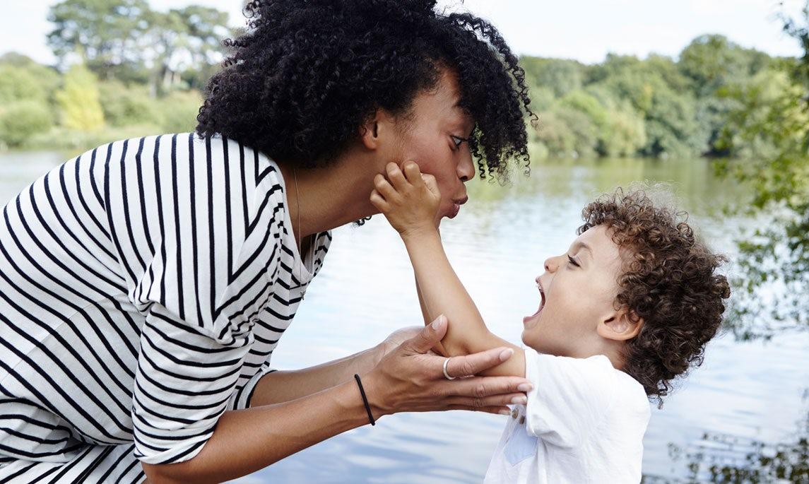 Magazine BABYBJÖRN – Une maman isolée joue avec son fils au bord de l'eau.