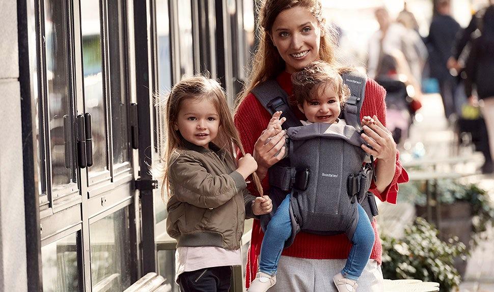 Portage face à vous avec le Porte-bébé One BABYBJÖRN en coton.