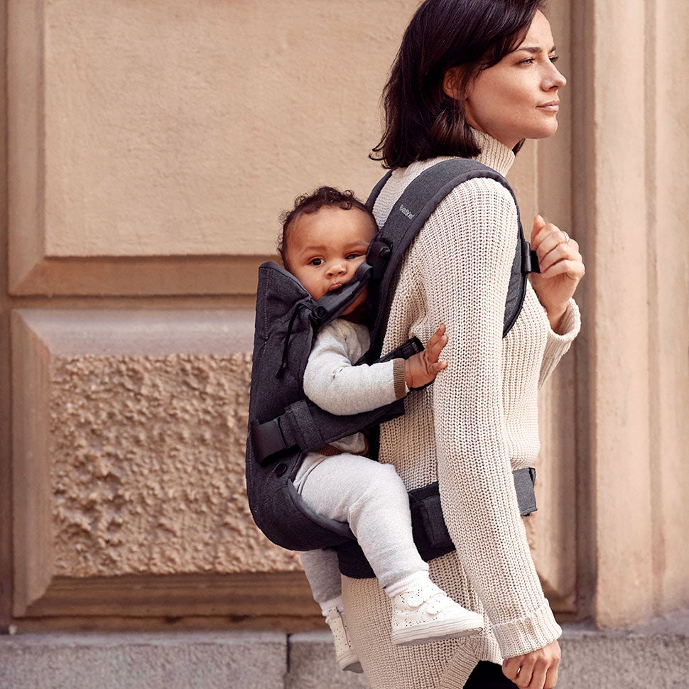 Portage sur le dos avec le Porte-bébé One BABYBJÖRN.