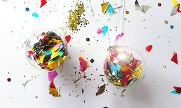 Magazine BABYBJÖRN − inspiration de Noël : Des boules de Noël remplies de confettis et de paillettes.