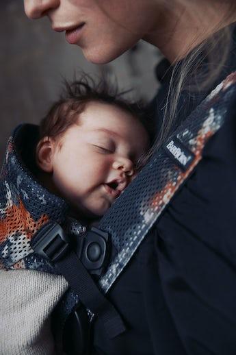 Porte-bébé Mini Noir Floralies de Minuit Mesh - BABYBJÖRN