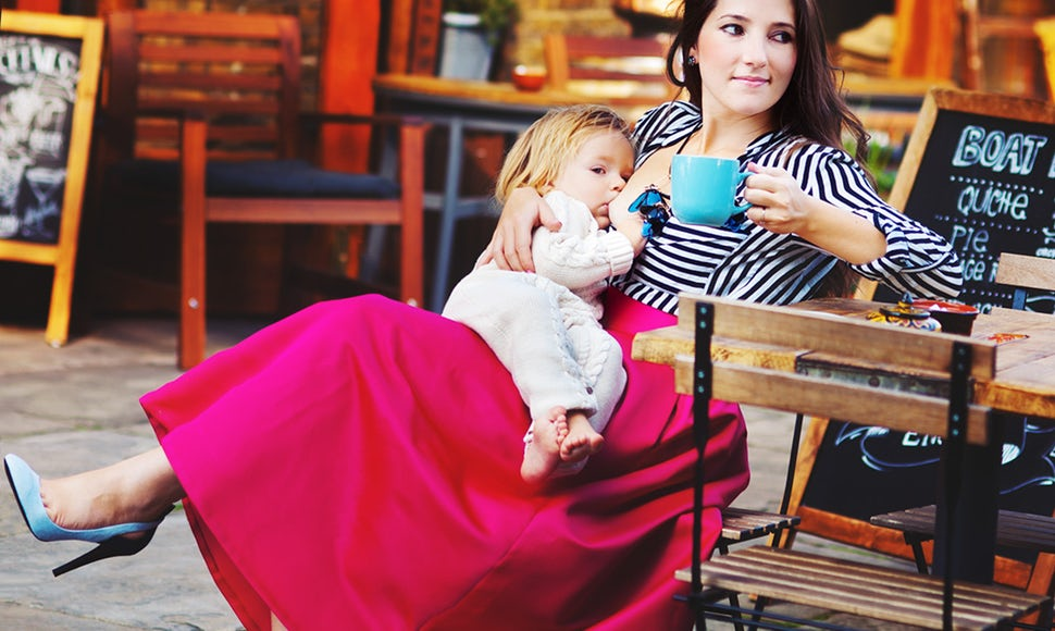 BABYBJÖRN Magazine – Mum-of-two Aly, founder of Allmumstalk, breastfeeding in public at a café.
