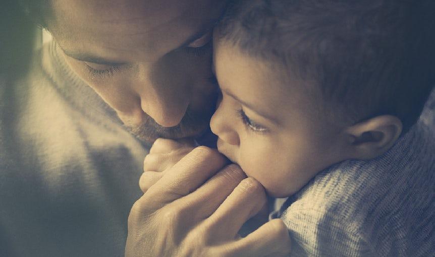 Papa et bébé se collent tendrement ensemble | BABYBJÖRN