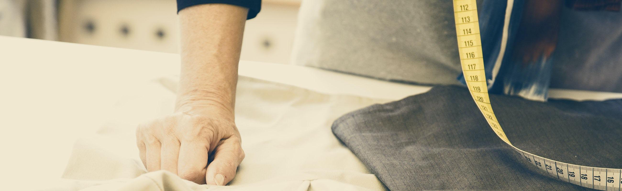 Gros plan des mains de la designer textile Lisen tenant des ciseaux | BABYBJÖRN