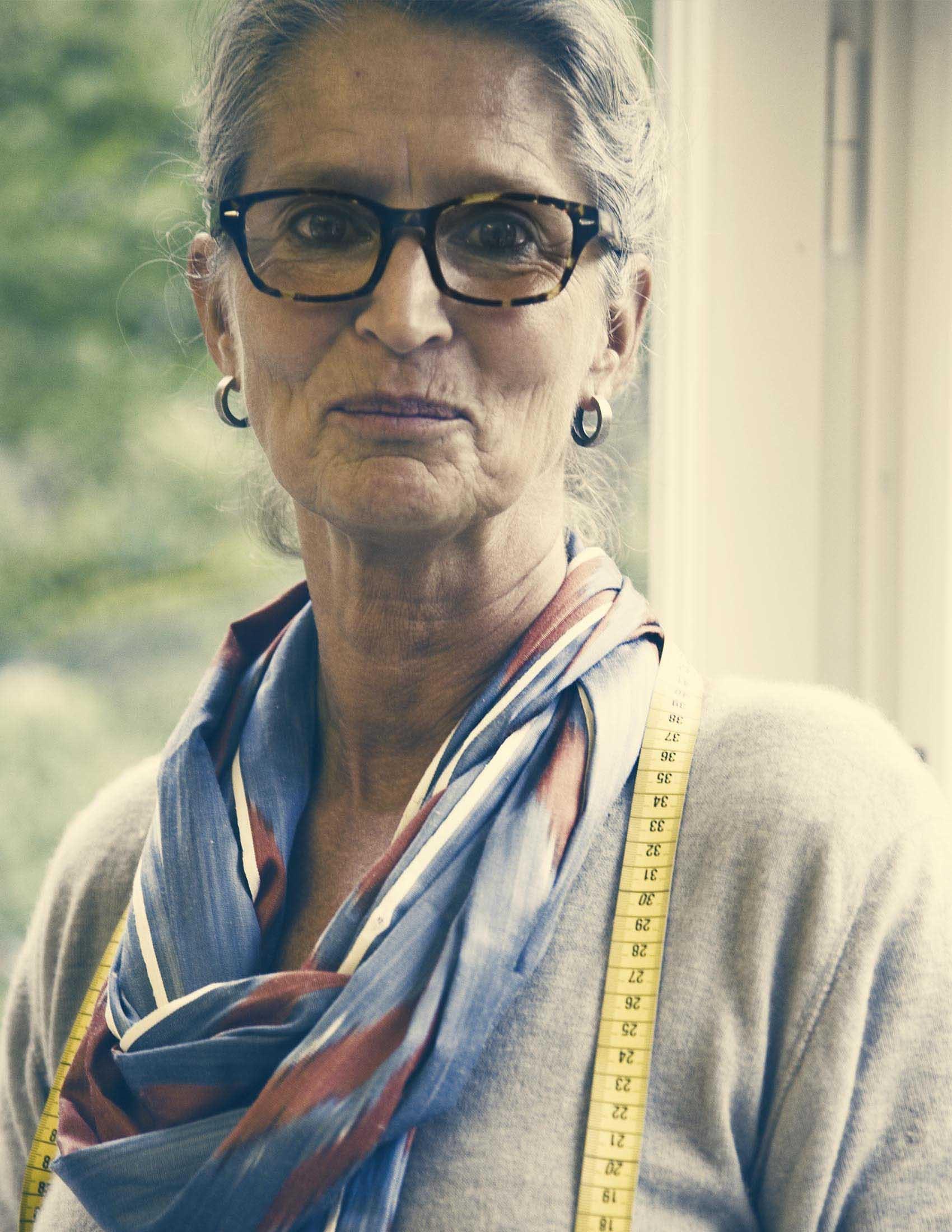 Portrait de notre designer textile Lisen Elmberg avec un mètre ruban autour du cou | BABYBJÖRN