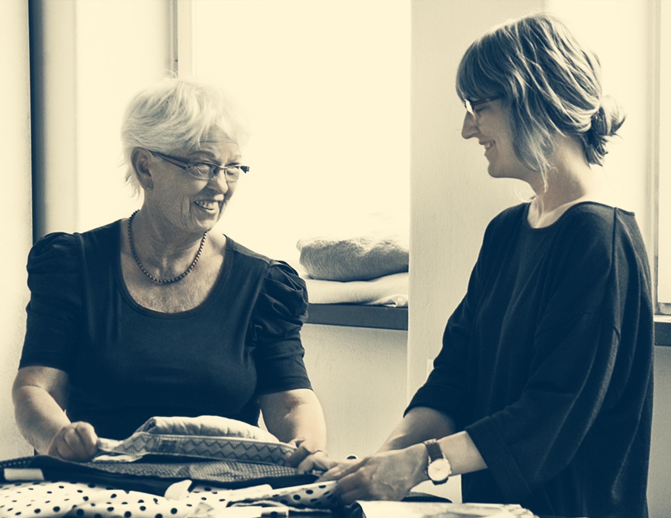 La fondatrice et designer textile Lillemor et la directrice artistique Karin ont du flair pour les tissus. | BABYBJÖRN