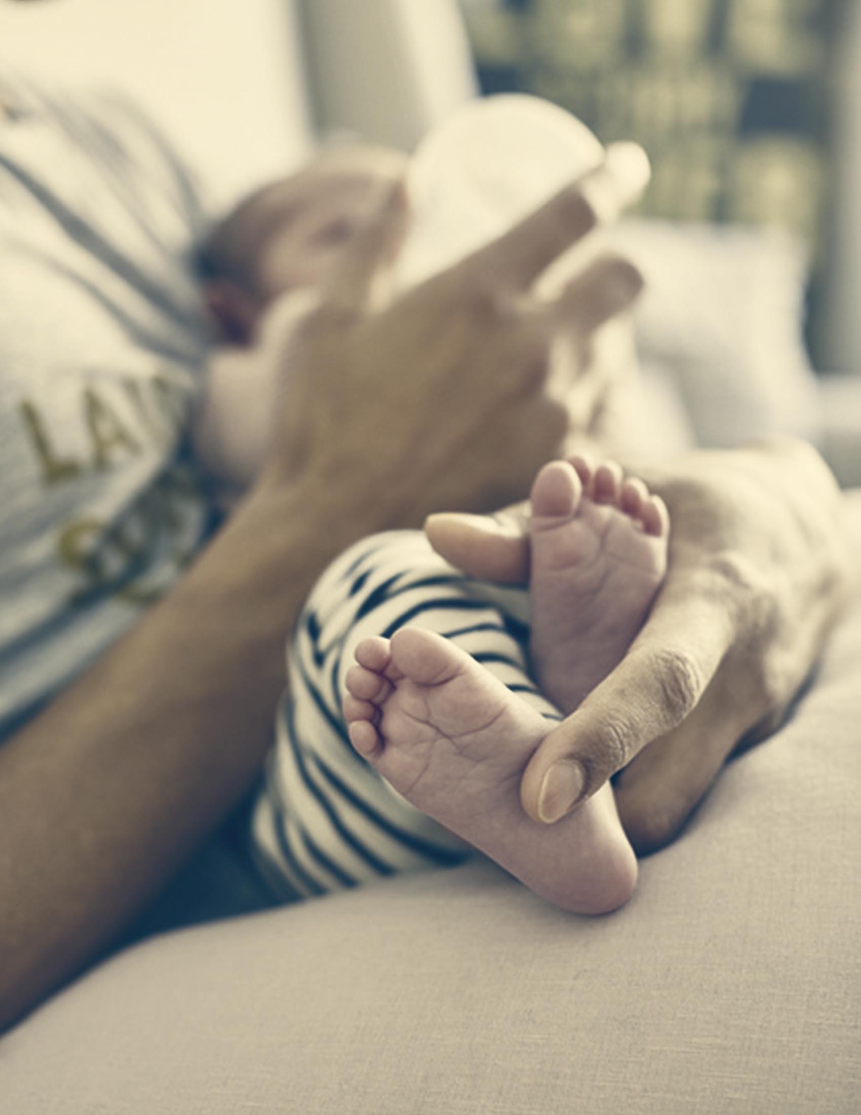 Un très jeune bébé est nourri au biberon | BABYBJÖRN