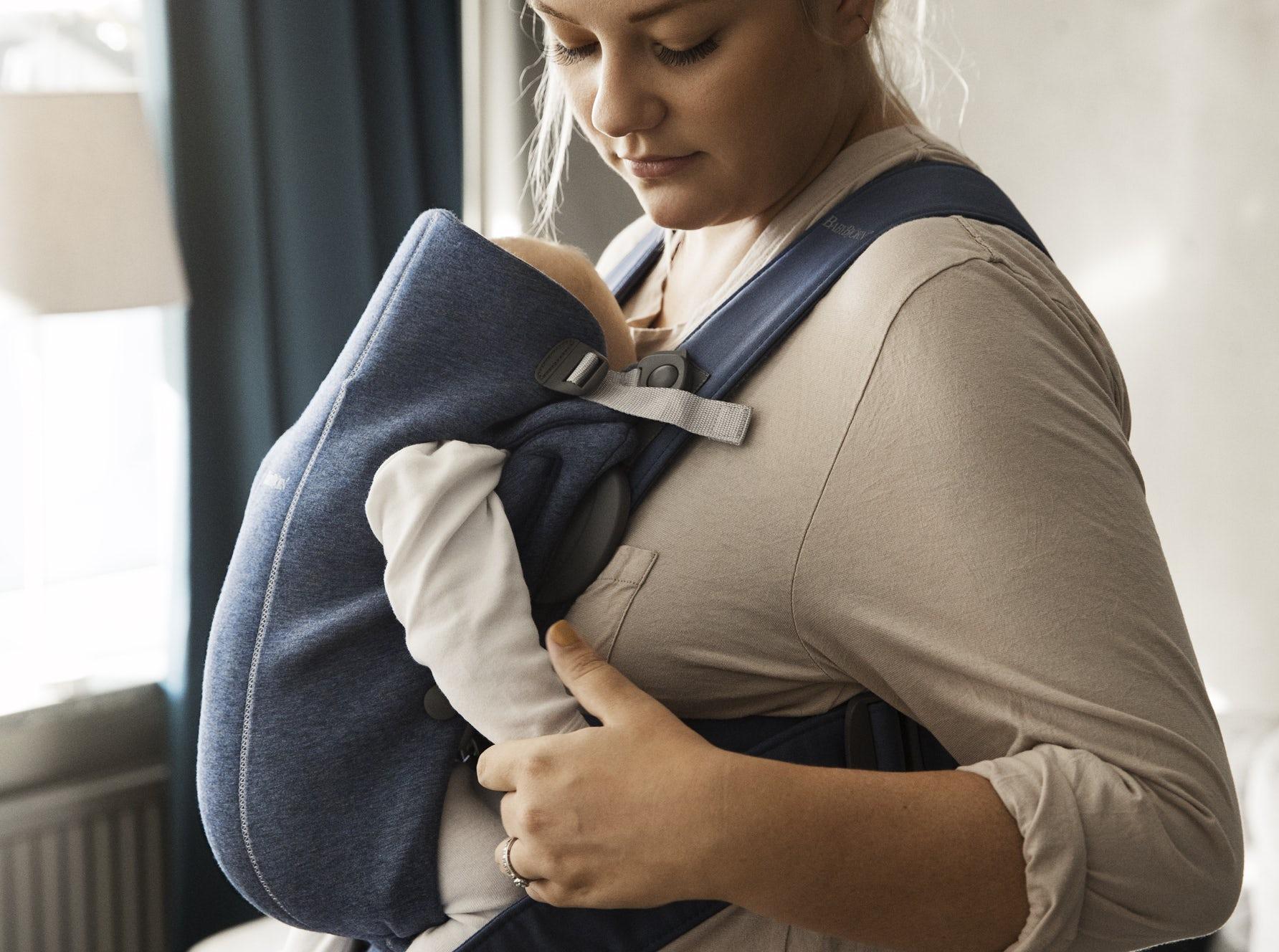 Porte-bébé Mini Bleu ardoise 3D Jersey 021031, petit, simple et très doux pour les nouveau-nés - BABYBJORN