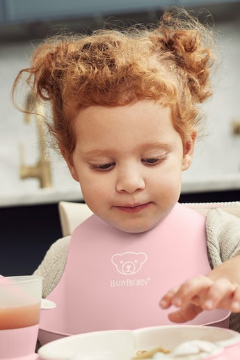 Baby Bib, Powder pink, with deep spill pocket to catch any mess - BABYBJÖRN