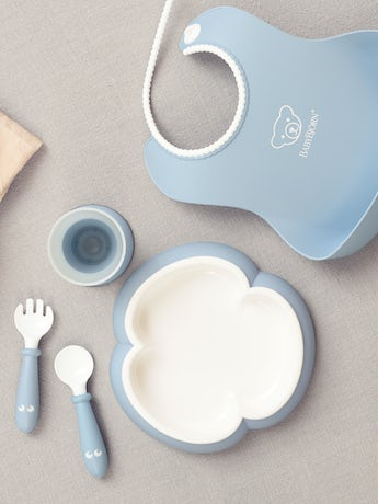 Complete baby dinner set for fun mealtimes in an attractive gift box - Powder blue - BABYBJÖRN