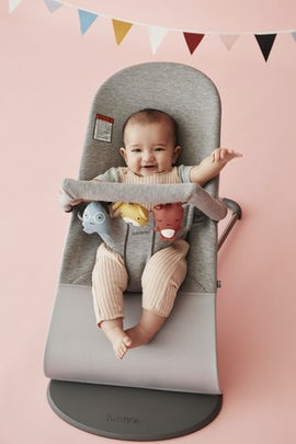 Bouncer Bliss Light Gray in supersoft 3D Jersey combined with toy Soft Friends - BABYBJÖRN