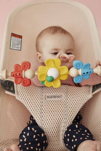 Bouncer Bliss Pearly Pink in soft and airy Mesh combined with toy Flying Friends - BABYBJÖRN