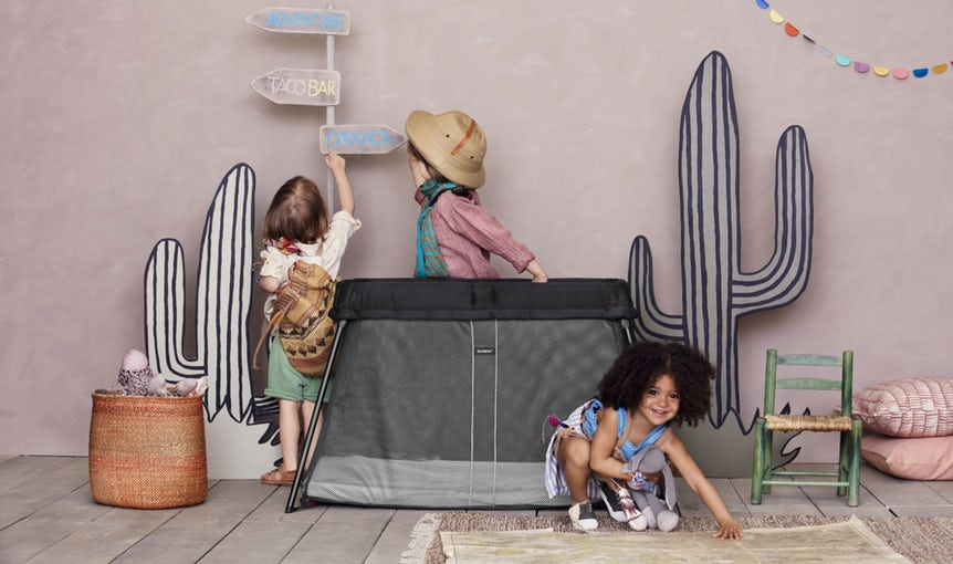 Travel Cot in Black soft and airy Mesh - perfect for travelling with kids - BABYBJÖRN