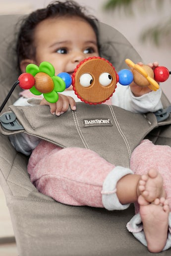 https://babBouncer Bundle in Sand grey cotton with toy googly eyes - BABYBJÖRNybjorn.imgix.net/app/uploads/2020/04/babybjorn-bouncer-bliss-sand-grey-cotton-toy-googly-eyes-v4.png?auto=format