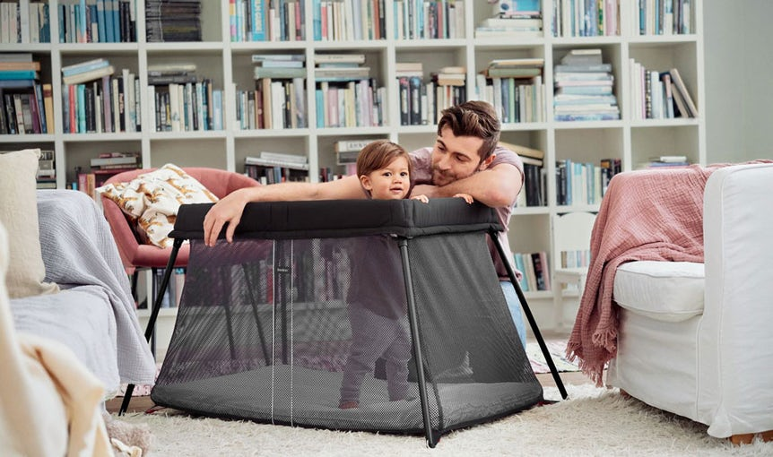Travel Crib Light in black airy mesh - BABYBJÖRN