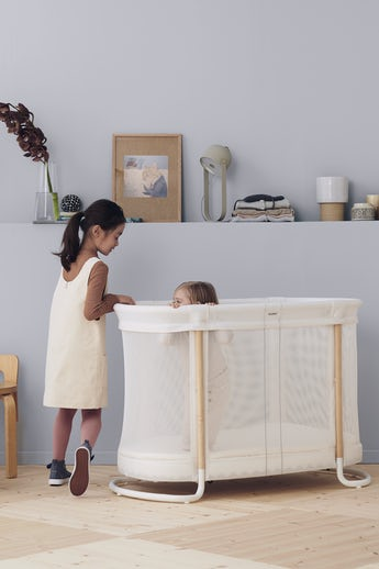 Baby Crib in white mesh and wood with two height positions - BABYBJÖRN