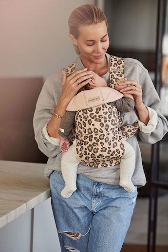 Porte-bébé Mini Beige/Léopard en Coton - BABYBJÖRN