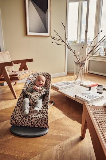 Bouncer Bliss in Beige/Leopard in Cotton - BABYBJÖRN