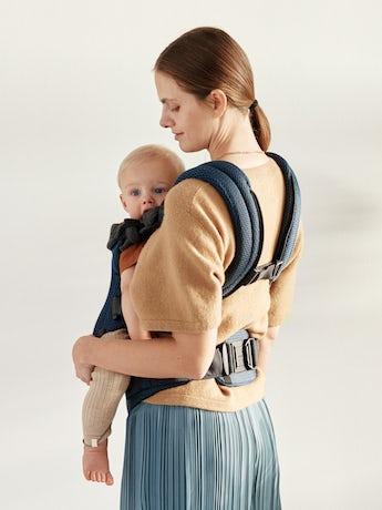 Porte-bébé Harmony Bleu Marine avec un support lombaire rembourré et une conception physiologique.