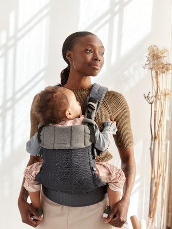 Porte-bébé Harmony Anthracite 3D Mesh avec un support lombaire rembourré et une conception physiologique.