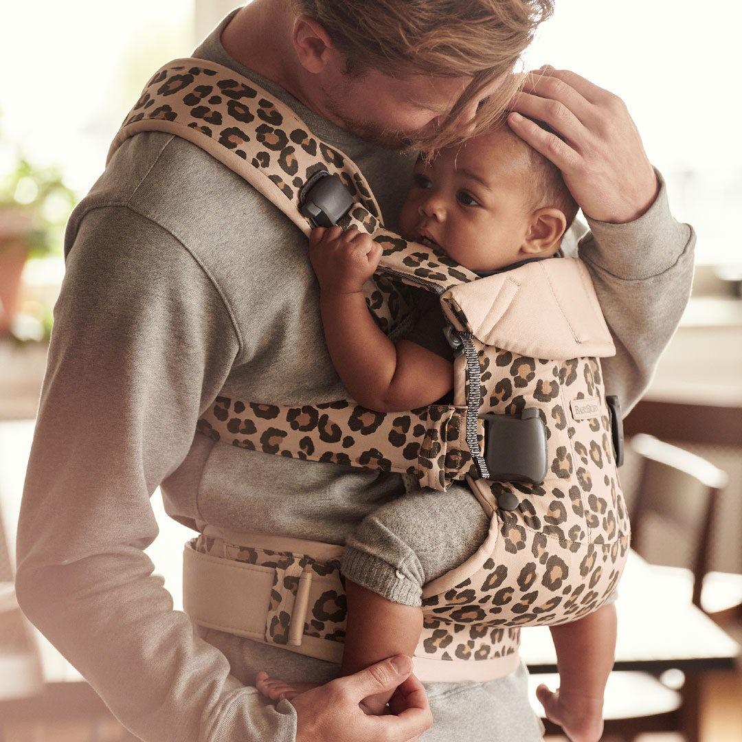 Pourquoi porter son enfant tout près de soi?